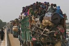 Пакистанцы покидают свои дома