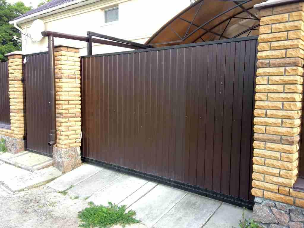 Дачные ворота с калиткой: разновидности, характеристики и преимущества