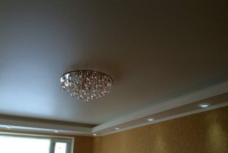 Как выглядит натяжной потолок сатиновый?